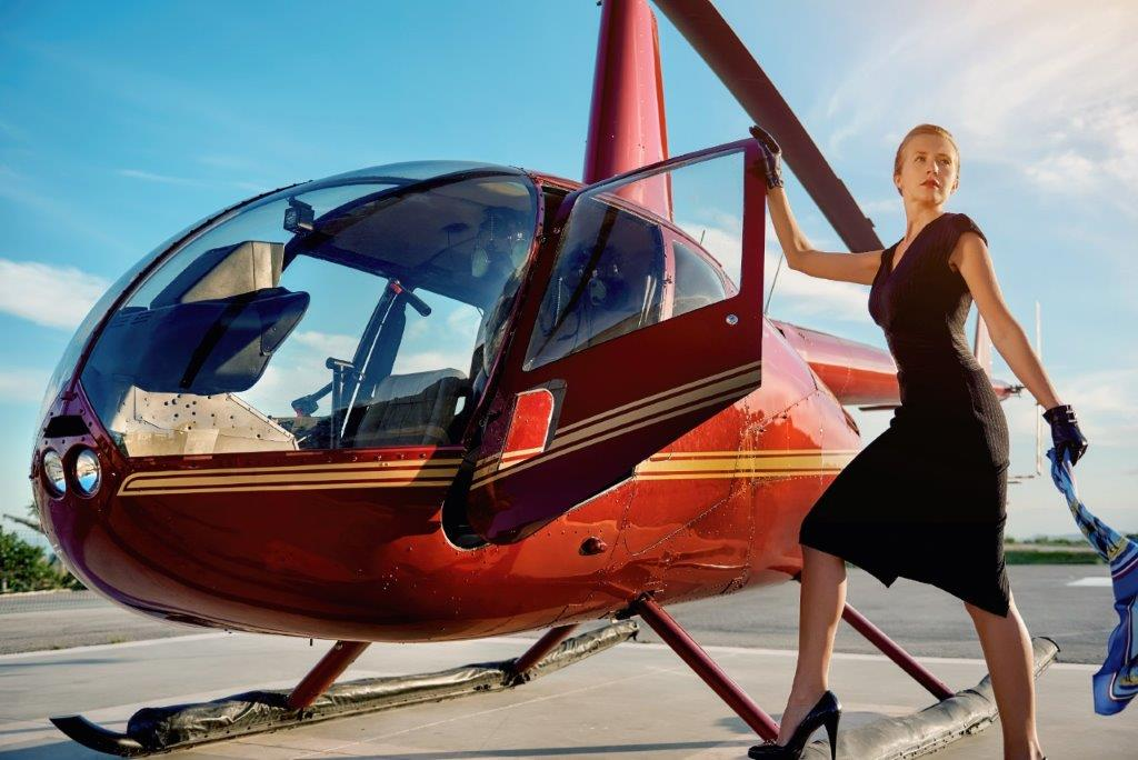 Žena uz helikopter (FOTO: Shutterstock)